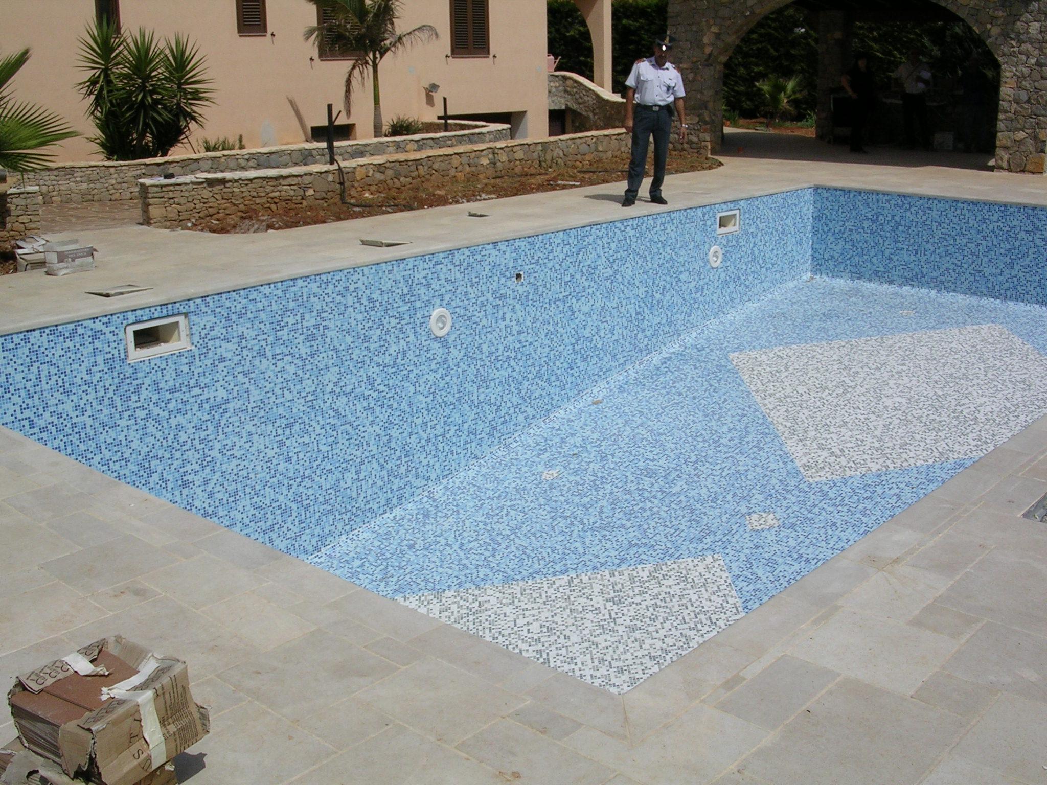 Piscina san ferdinando pastore costo 1 5 mln chiusa for Costi di costruzione della piscina