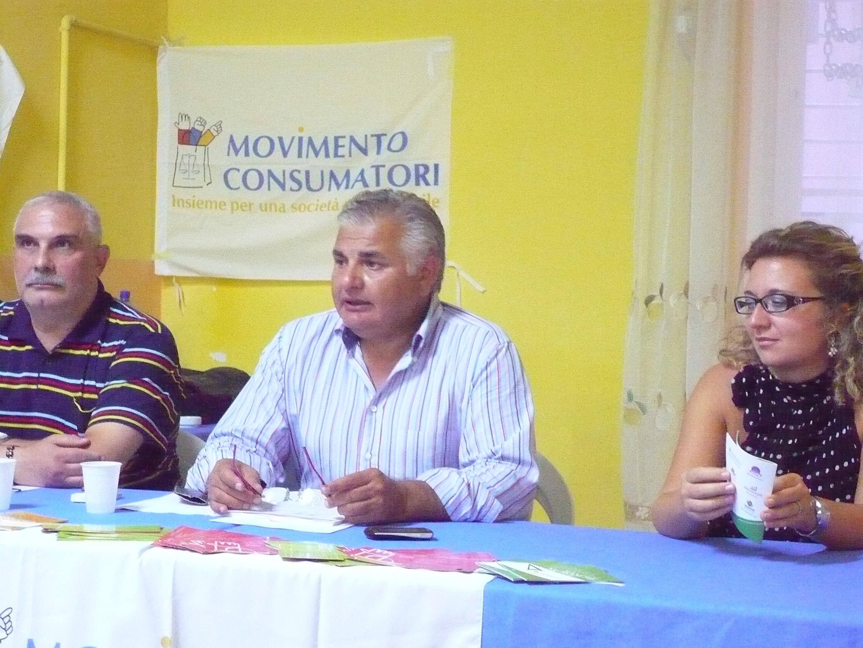 Bruno Maizzi (al centro), presidente del Movimento Consumatori durante una recente conferenza stampa (St)