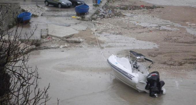 Porto Badisco, rintracciati 16 immigrati clandestini, sequestrato gommone