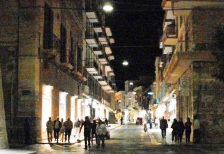 Visione notturna di Corso Manfredi
