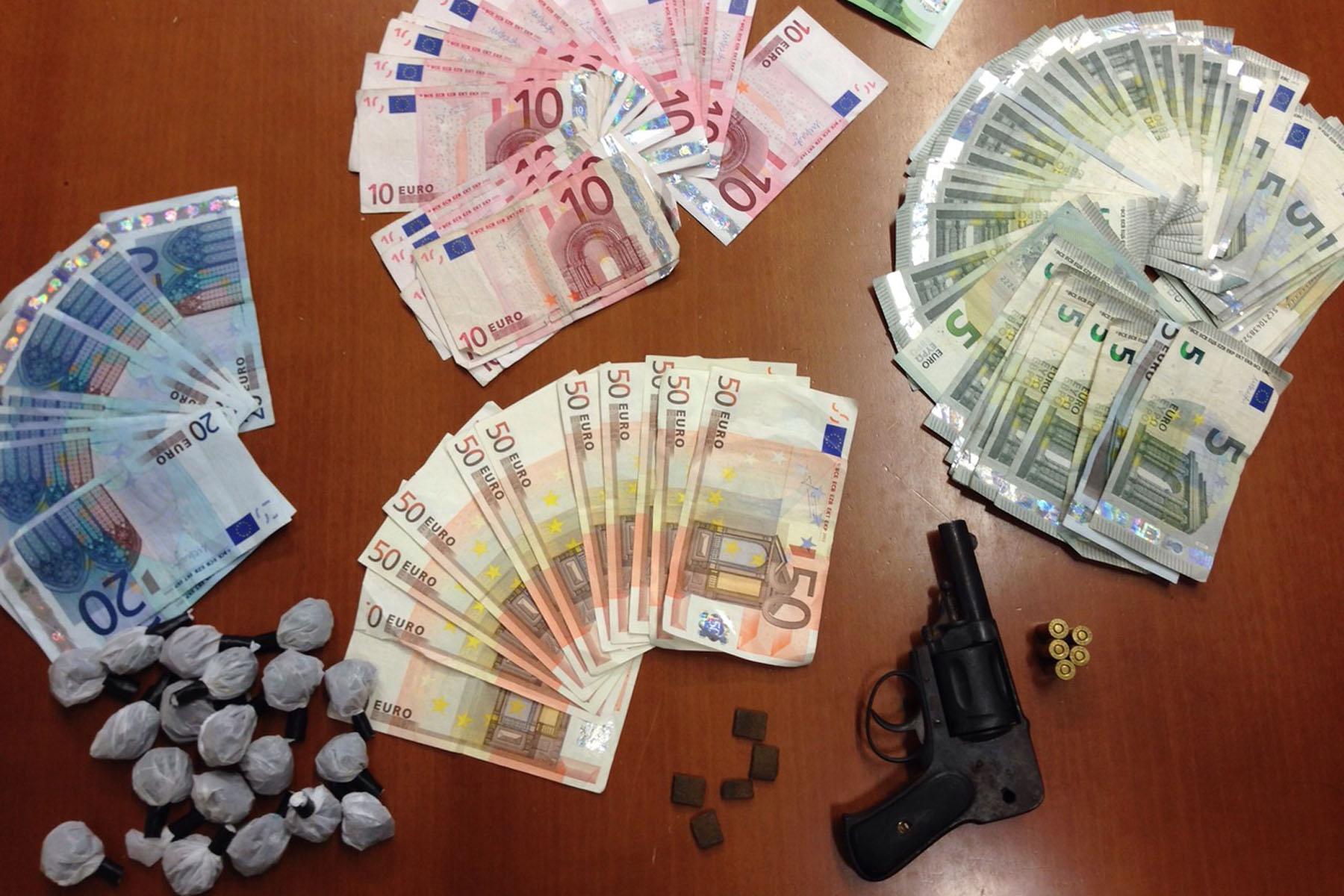 Arrestati spacciatori armati di revolver