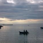 Zona di mare Villaggio pescatori con battelli con reti da posta