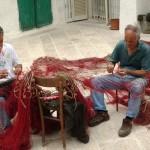 Salvatore e Matteo Talamo intenti a riparare reti da posta in arco Boccolicchio