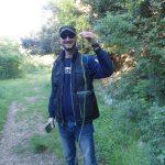 10. - Pasquale La Torre con in mano un asparago selvatico alto più di due metri