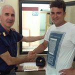 Il sig. Davide con un agente di polizia del Commissariato di Manfredonia
