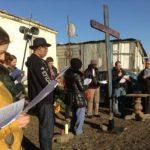 Momento di preghiera nel ghetto, con la croce.