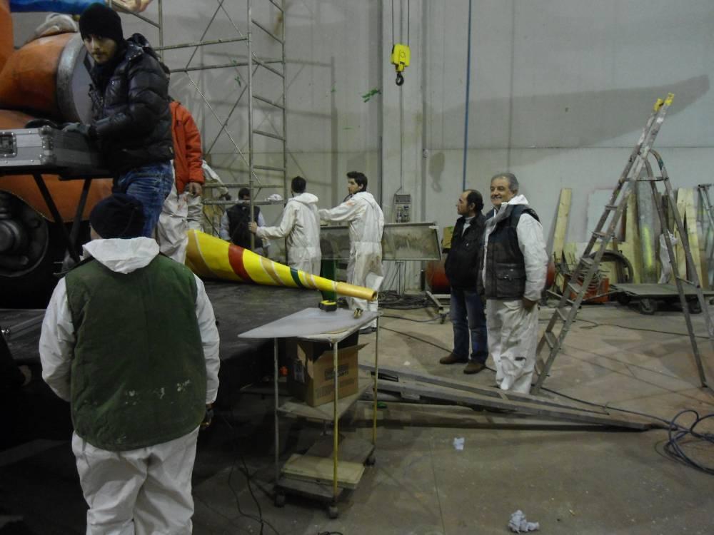 """Manfredonia, """"Al carro"""" (Foto) FOTO DI COPERTINA-Carnevale 2012-Allestimento carro allegorico capannone"""