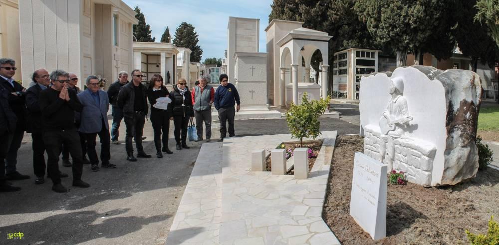 Apricena, Eugenio Bennato sulla tomba di Matteo Salvatore Bennato in preghiera, Apricena