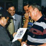 1997.Chiostro Municipio. Nino Jaiò insieme a Dalla, mentre gli mostra una fota degli anni '50.Dietro F.Rinaldi-avv. M.Lombardi-Magistrato A.Galli