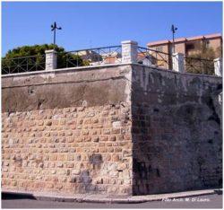 Fig. 2 Bastione di Piazzetta del Mercato È stato realizzato con il paramento esterno proveniente dall'abbassamento e trasformazione in torre della Cappella della Maddalena
