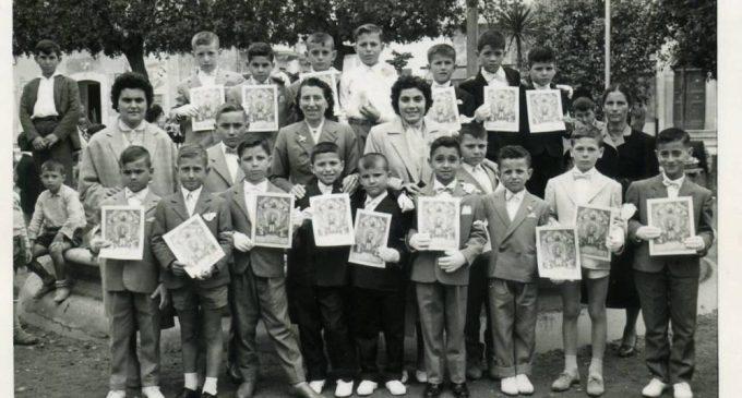 -1957-Villa-Comunale-foto-ricordo-1^-Comunione-ragazzi-Parrocchia-Stella-Maris-Franco-Rinaldi-terzo-bambino-a-sinistra-in-ultima-fila