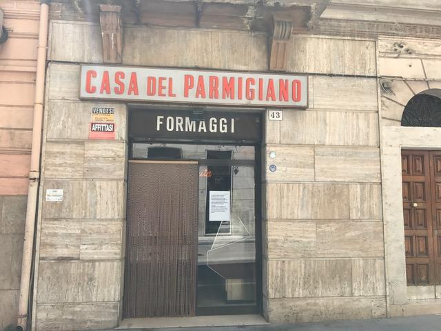 """""""Grazie, amici"""". Chiude la 'Casa del Parmigiano' a Foggia"""