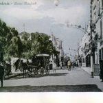 Primi '900-Corso Manfredi-zona Piazza del Popolo-Chiosco Acqua del Serino nei pressi della carrozza. In altro luminarie Festa Patronale
