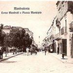 Primi anni del '900--Il chiosco vendita Acqua di Serino in Piazza Municipio.A destra, (prima porta) il piccolo bar allestito da Vitulano