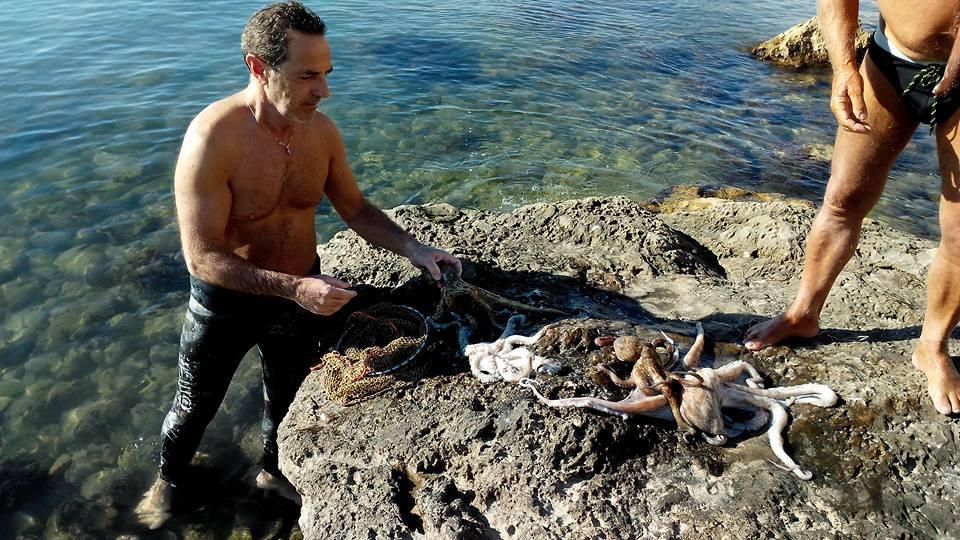 """Manfredonia, """"L'estate non finisce mai alla 'Cunziaria'"""": pesca del polpo (FOTO)"""
