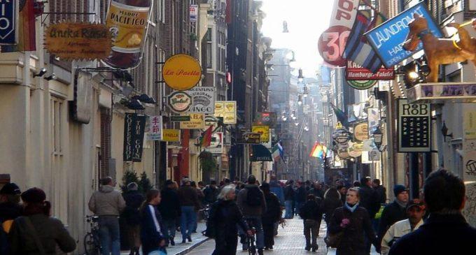 Warmoesstraat-amsterdam (IMMAGINE D'ARCHIVIO, NON RIFERITA AI FATTI RIPORTATI NEL TESTO)