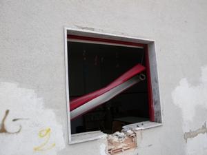 La finestra distrutta della biblioteca della M.T.Calcutta, a causa dello scoppio dei petardi