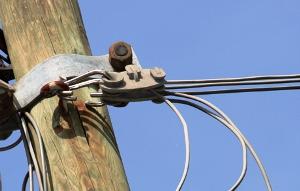 Cavi elettrici aerei Telecom, immagine d'archivio (duratel.it)