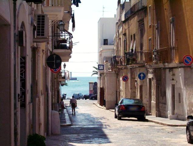 Manfredonia cittadina tir danneggiano cornicione balcone - Cornicione casa ...