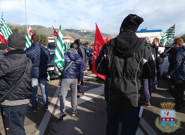 Protesta lavoratori Sangalli Vetro Manfredonia (ph: Comune di Manfredonia)
