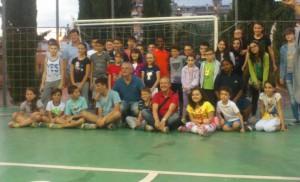 Foto di gruppo con i ragazzi dell' oratorio e il parroco, al centro con maglietta blu (MB)
