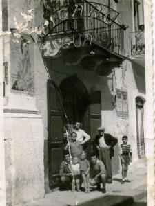 Settembre 1952   - Corso Manfredi - Ingresso bottega da barbiere Figaro Qua di Mario Riccardi con parenti e lavoranti (archivio Franco Rinaldi)