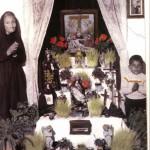 COPERTINA-1958-Il Sepolcro allestito nella casa di Antonia Scuro detta -'Nduniette Barlaianne- (a sinistra nella foto)- in via Tribuna n. 135-a destra suo nipote Libero Tomaiuolo di tre anni