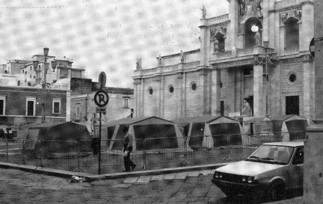 Piazza-Duomo-Tende-del-movimento-anti-Enichem
