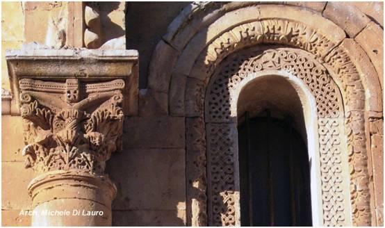 Fig. 3 Altre due croci templari sono visibili sulla facciata occidentale, quella con il primitivo abside della chiesa.