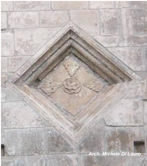 Fig. 4 Monte Sant'Angelo, Santa Maria Maggiore. Losanga posta al termine del lato destro della facciata che chiaramente mostra i segni di un suo rifacimento per la manifattura esecutiva palesemente inferiore rispetto alle altre losanghe presenti sul prospetto della chiesa.