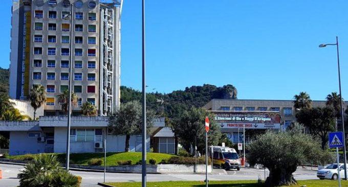 Una veduta esterna dell'ospedale Ruggi d'Aragona di Salerno, in una foto tratta dal sito della struttura ospedaliera, ANSA/ SITO OSPEDALE RUGGI D'ARAGONA +++ HO - NO SALES, EDITORIAL USE ONLY +++