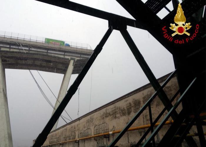 Crolla ponte sulla A10 (ph Ansa)