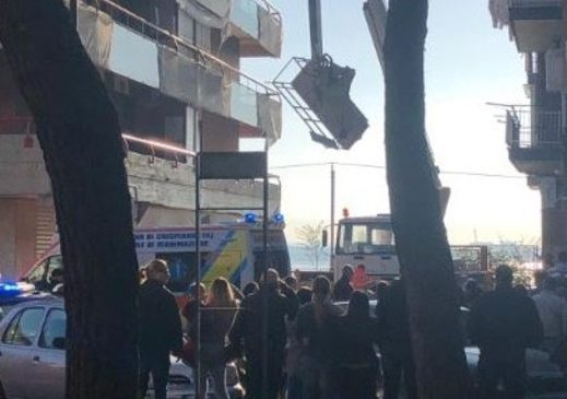 Cadono da cestello elevatore, morti 2 operai a Taranto/ foto di Giacomo Rizzo