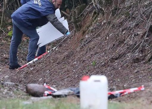 I carabinieri della sezione scientifica sul luogo del ritrovamento del cadavere carbonizzato di Stefania Crotti, 42 anni, a Erbusco (Bs), 19 gennaio 2019. ANSA/SIMONE VENEZIA