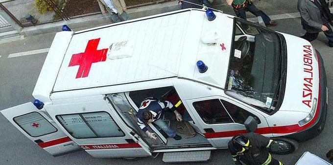 Un'ambulanza in una foto d'archivio del 3 maggio 2008. Perde il bimbo che aspettava da sette mesi e subisce l'asportazione dell'utero, dopo una drammatica doppia corsa in auto in ospedale, prima a Piove di Sacco e poi a Padova: ora la donna, 27 anni, di Campagna Lupia (Venezia), è in coma farmacologico, mentre la Procura ha aperto un'inchiesta per omicidio colposo. ANSA/DAVIDE BOLZONI
