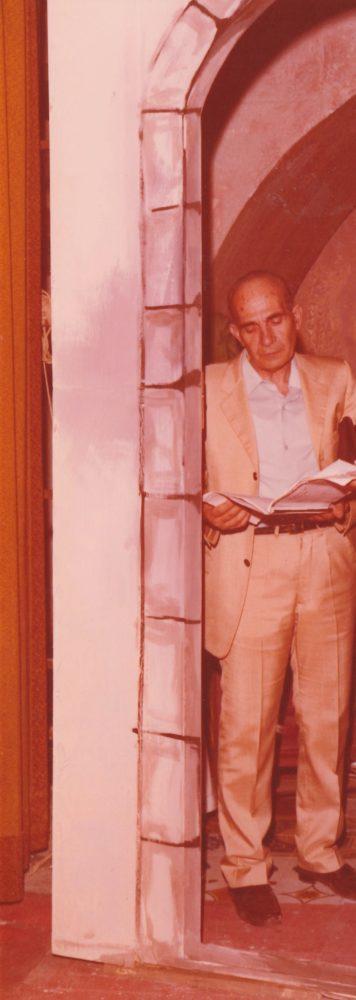 Il direttore-regista teatrale Tonino Valente durante le prove di uno spettacolo a S.Michele