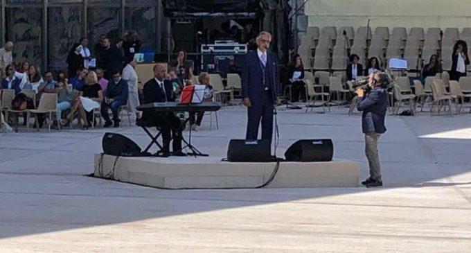 Andrea Bocelli canta durante la messa a San Giovanni Rotondo